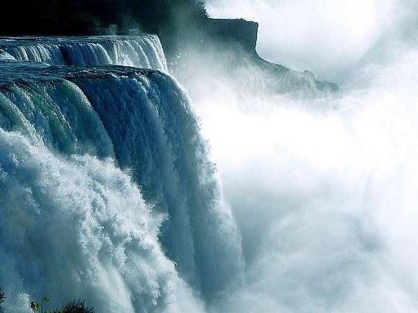 cascade naturelle, puissant vortex générant de l'eau structurée par les champs de torsion